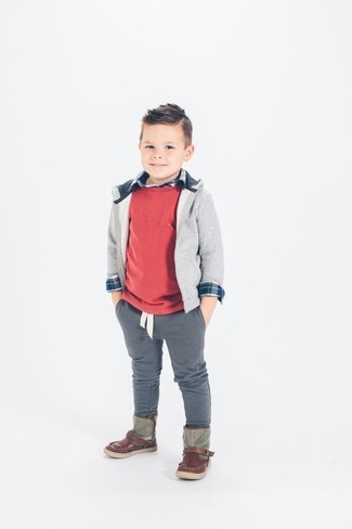 Как и с чем носить: красный свитер, серый худи, темно-синяя рубашка с длинным рукавом, серые брюки