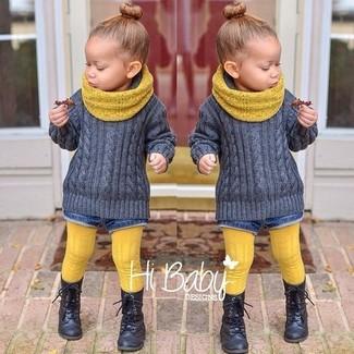 Как и с чем носить: серый свитер, синие джинсовые шорты, черные ботинки, желтый шарф