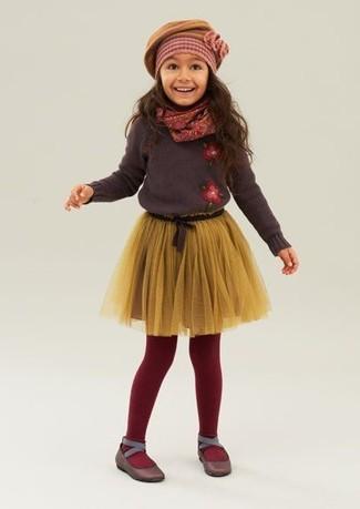 Как и с чем носить: темно-коричневый свитер, желтая юбка из фатина, темно-коричневые балетки, горчичный берет