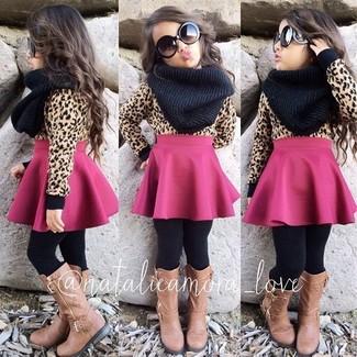 Как и с чем носить: светло-коричневый свитер, ярко-розовая юбка, светло-коричневые ботинки, черный шарф