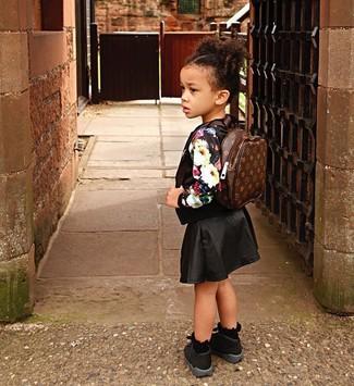 Как и с чем носить: черный свитер с цветочным принтом, черная юбка, черные кеды, темно-коричневый рюкзак
