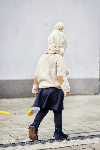 Как и с чем носить: бежевый свитер, темно-синяя юбка, черные леггинсы, темно-синие ботинки