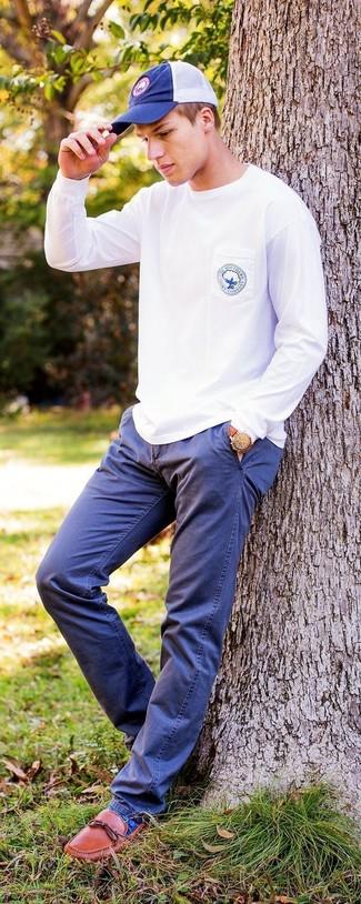 Как и с чем носить: белый свитшот, темно-синие брюки чинос, табачные кожаные лоферы, темно-синяя бейсболка