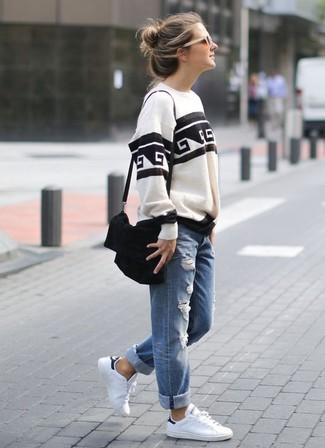 Как и с чем носить: бело-черный свитшот с принтом, синие рваные джинсы-бойфренды, белые кожаные низкие кеды, черная замшевая сумка через плечо
