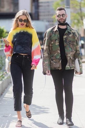 Как и с чем носить: разноцветный свитшот c принтом тай-дай, черные джинсы-бойфренды, черные сабо в сеточку, бежевый кожаный клатч