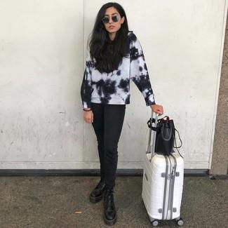 Как и с чем носить: черно-белый свитшот c принтом тай-дай, черные джинсы, черные кожаные ботинки на шнуровке, черная кожаная сумка-мешок