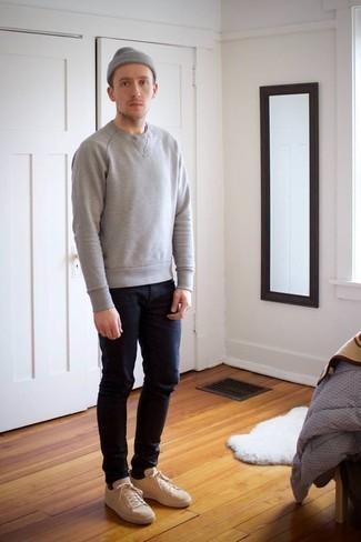 Серая шапка: с чем носить и как сочетать мужчине: Для активного дня в компании друзей отлично подойдет сочетание серого свитшота и серой шапки. Очень неплохо здесь будут смотреться бежевые низкие кеды из плотной ткани.