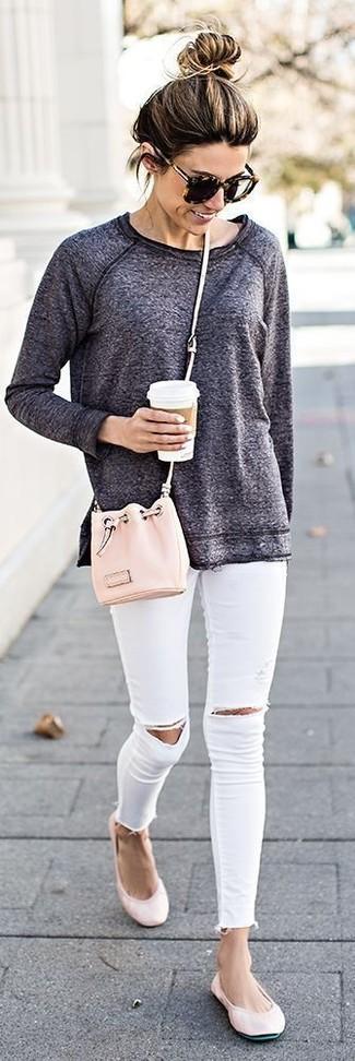 Как и с чем носить: темно-серый свитшот, белые рваные джинсы скинни, розовые кожаные балетки, розовая кожаная сумка-мешок