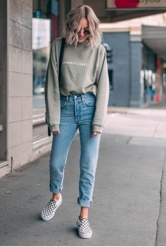 Как и с чем носить: оливковый свитшот, голубые джинсы скинни, бело-черные слипоны в клетку, черная кожаная сумка через плечо