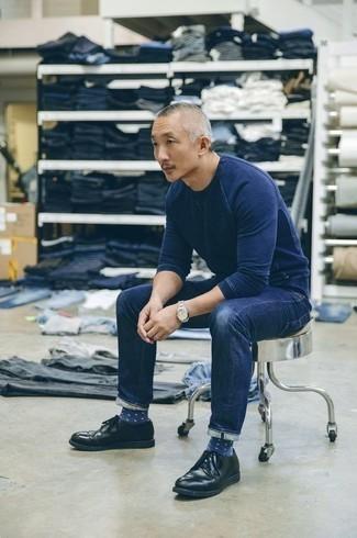 Темно-сине-белые носки в горошек: с чем носить и как сочетать мужчине: Если у тебя наметился сумасшедший день, сочетание темно-синего свитшота и темно-сине-белых носков в горошек поможет создать практичный образ в расслабленном стиле. Закончив образ черными кожаными туфлями дерби, получим неожиданный результат.