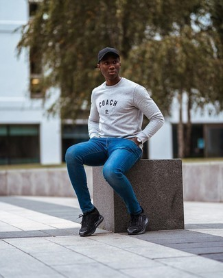 С чем носить синие зауженные джинсы мужчине: Серый свитшот с принтом и синие зауженные джинсы — хорошее решение для мужчин, которые постоянно в движении. Ты можешь легко приспособить такой лук к повседневным делам, закончив его черными кроссовками.