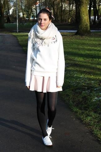 Как и с чем носить: белый свитшот с принтом, розовая короткая юбка-солнце, белые кожаные оксфорды, белый шарф