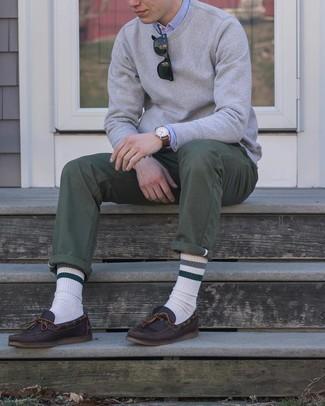 С чем носить темно-коричневые кожаные топсайдеры: Серый свитшот в паре с оливковыми брюками чинос позволит подчеркнуть твою индивидуальность и выделиться из толпы. Темно-коричневые кожаные топсайдеры неплохо дополнят этот лук.