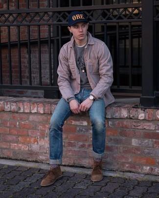 С чем носить серый свитшот с принтом мужчине: Если ты наметил себе насыщенный день, сочетание серого свитшота с принтом и синих рваных джинсов позволит создать функциональный лук в повседневном стиле. Хочешь добавить сюда немного утонченности? Тогда в качестве обуви к этому луку, обрати внимание на коричневые замшевые ботинки дезерты.
