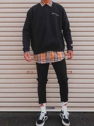 Модные мужские луки 2020 фото в спортивном стиле: Если в одежде ты ценишь комфорт и функциональность, черный свитшот и черные рваные зауженные джинсы — классный выбор для стильного повседневного мужского образа. Хочешь сделать ансамбль немного элегантнее? Тогда в качестве обуви к этому ансамблю, обрати внимание на черно-белые низкие кеды из плотной ткани.