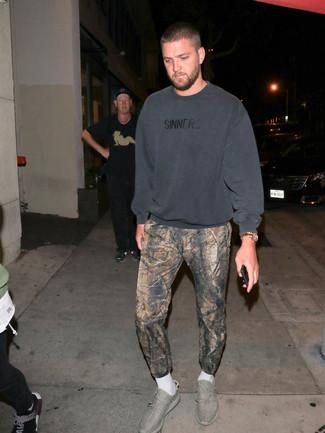 Как и с чем носить: темно-серый свитшот, коричневые спортивные штаны с принтом, серые кроссовки, золотые часы