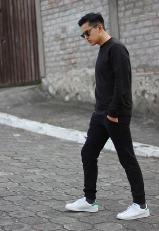 Как и с чем носить: черный свитшот, черные спортивные штаны, белые кожаные низкие кеды, черные солнцезащитные очки