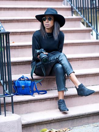 Как и с чем носить: черный свитшот, черные кожаные узкие брюки, черные замшевые ботинки челси, синяя кожаная сумка через плечо
