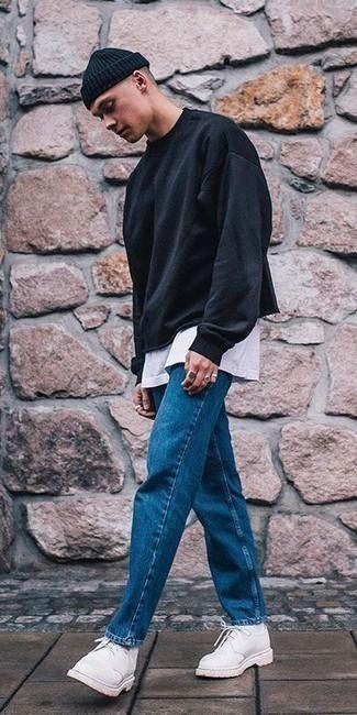 Белые замшевые туфли дерби: с чем носить и как сочетать: Черный свитшот и синие джинсы будут стильно смотреться в стильном гардеробе самых избирательных джентльменов. Думаешь сделать образ немного элегантнее? Тогда в качестве дополнения к этому луку, выбери белые замшевые туфли дерби.
