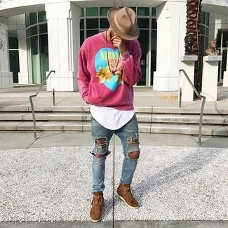 Как и с чем носить: ярко-розовый свитшот с принтом, белая футболка с круглым вырезом, синие рваные зауженные джинсы, коричневые замшевые высокие кеды