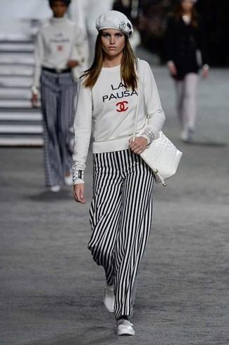 Как и с чем носить: белый свитшот с принтом, бело-черные широкие брюки в вертикальную полоску, белые кожаные балетки, белая кожаная сумка через плечо