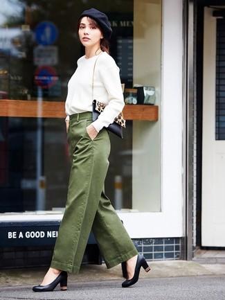 Как и с чем носить: белый свитшот, оливковые широкие брюки, черные кожаные туфли, черно-бежевая сумка через плечо из ворса пони с леопардовым принтом