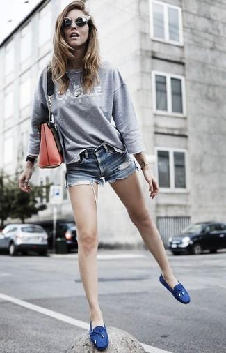 Как и с чем носить: серый свитшот с принтом, синие джинсовые шорты, темно-синие топсайдеры из плотной ткани, красная кожаная сумка через плечо