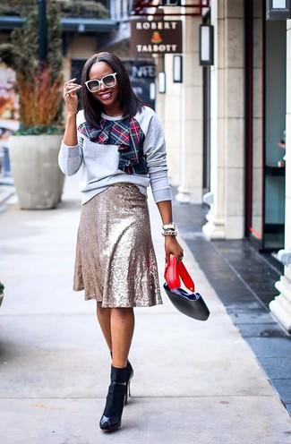 Белые солнцезащитные очки: с чем носить и как сочетать женщине: Если у тебя запланирован суматошный день, сочетание серого свитшота с принтом и белых солнцезащитных очков позволит создать практичный образ в расслабленном стиле. Черные кожаные босоножки на каблуке — беспроигрышный вариант, чтобы завершить образ.