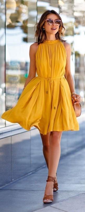Как и с чем носить: желтое свободное платье, коричневые кожаные босоножки на каблуке, бежевая кожаная сумка через плечо, розовые солнцезащитные очки