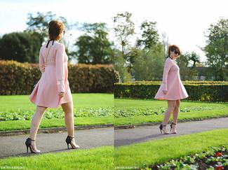 Как и с чем носить: розовое свободное платье, черно-светла-коричневые кожаные босоножки на каблуке, голубая кожаная сумка через плечо, черные солнцезащитные очки