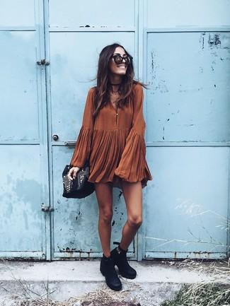 Как и с чем носить: табачное свободное платье, черные кожаные ботильоны, черная кожаная сумка-мешок с украшением, черно-золотые солнцезащитные очки