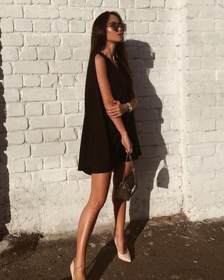 Как и с чем носить: черное свободное платье, белые кожаные туфли, черная кожаная сумка через плечо с украшением, темно-коричневые солнцезащитные очки