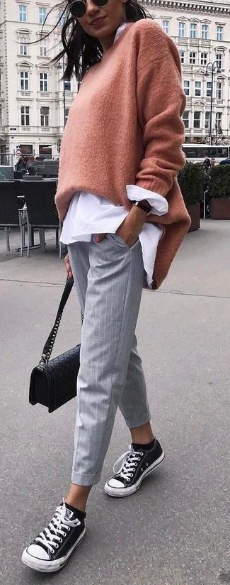 Как и с чем носить: светло-коричневый свободный свитер, белая блуза на пуговицах, серые узкие брюки в вертикальную полоску, черно-белые низкие кеды из плотной ткани
