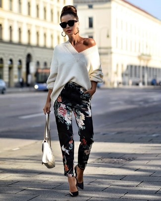 Как и с чем носить: белый вязаный свободный свитер, черные брюки-галифе с цветочным принтом, черные кожаные туфли, белая кожаная стеганая сумка-саквояж