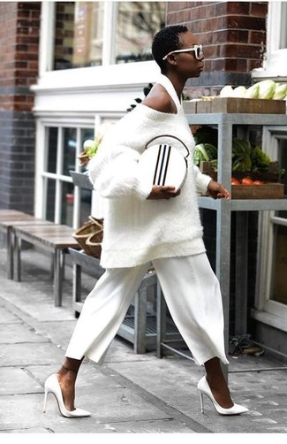 Как и с чем носить: белый свободный свитер с рельефным рисунком, белые брюки-кюлоты, белые кожаные туфли, бело-черный кожаный клатч