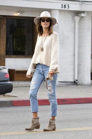 Как и с чем носить: бежевый свободный свитер, голубые рваные джинсы, коричневые замшевые ботильоны, белая шерстяная шляпа