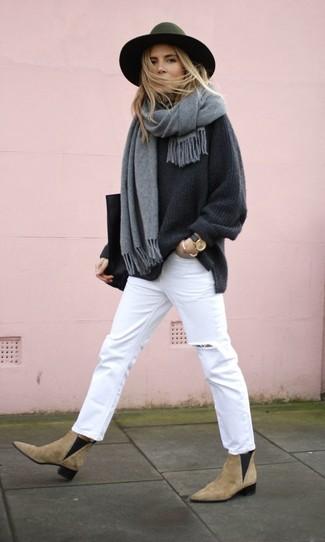 Как и с чем носить: темно-серый свободный свитер, белые рваные джинсы, светло-коричневые замшевые ботинки челси, черная кожаная большая сумка