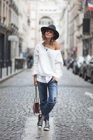 Как и с чем носить: белый свободный свитер, синие рваные джинсы, черно-белые высокие кеды из плотной ткани, разноцветная кожаная сумка через плечо