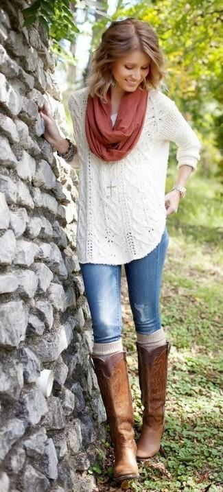 Как и с чем носить: белый вязаный свободный свитер, синие джинсы, коричневые кожаные сапоги, бежевые носки до колена