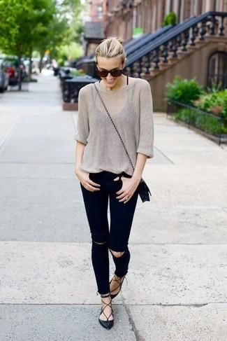 Как и с чем носить: серый свободный свитер, черные рваные джинсы скинни, черные кожаные балетки, черная кожаная сумка через плечо