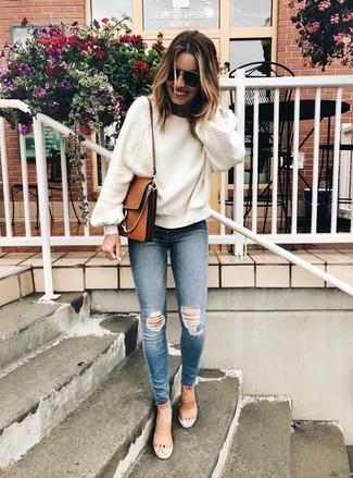 Как и с чем носить: белый свободный свитер, синие рваные джинсы скинни, светло-коричневые кожаные босоножки на каблуке, коричневая кожаная сумка через плечо