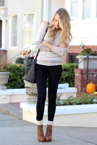 Как и с чем носить: серый свободный свитер, черные джинсы скинни, коричневые кожаные ботильоны на шнуровке, белые носки до колена
