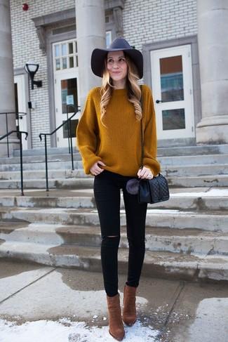 Как и с чем носить: табачный вязаный свободный свитер, черные рваные джинсы скинни, коричневые замшевые ботильоны, черная кожаная стеганая сумка через плечо