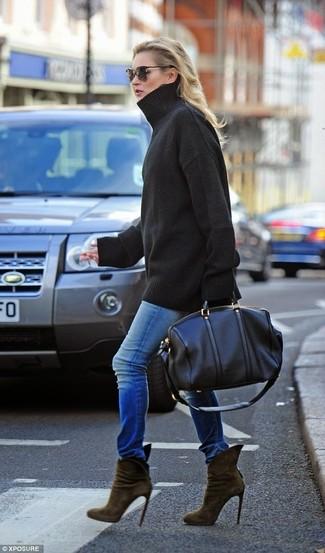 Как и с чем носить: черный свободный свитер, синие джинсы скинни, оливковые замшевые ботильоны, черная кожаная спортивная сумка
