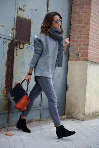 Как и с чем носить: серый вязаный свободный свитер, серые джинсы скинни, черные замшевые ботинки челси, черная замшевая сумка-саквояж