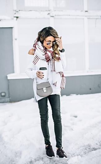 Как и с чем носить: белый свободный свитер, черные кожаные джинсы скинни, темно-коричневые кроссовки, серая кожаная сумка через плечо
