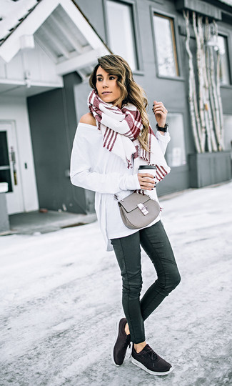 Как и с чем носить: белый свободный свитер, черные кожаные джинсы скинни, черные кроссовки, серая кожаная сумка через плечо