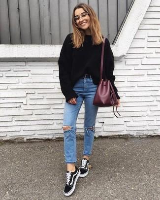 Как и с чем носить: черный свободный свитер, голубые рваные джинсы скинни, черные замшевые низкие кеды, темно-красная кожаная сумка-мешок