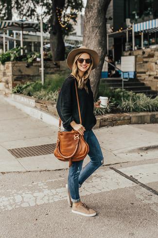 Как и с чем носить: черный свободный свитер, синие рваные джинсы скинни, бежевые замшевые низкие кеды, табачная кожаная большая сумка