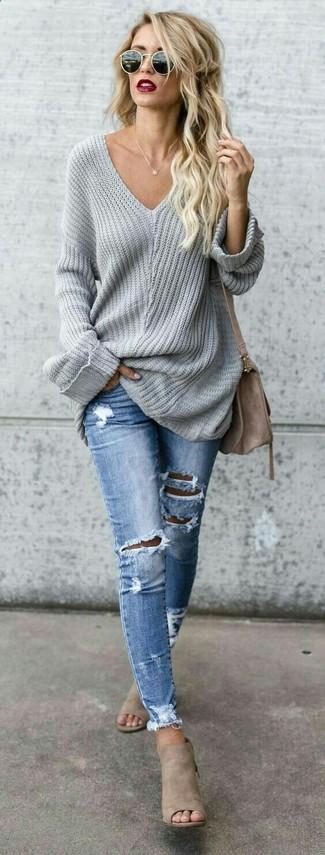 Как и с чем носить: серый свободный свитер, голубые рваные джинсы скинни, бежевые замшевые сабо, коричневая замшевая сумка через плечо